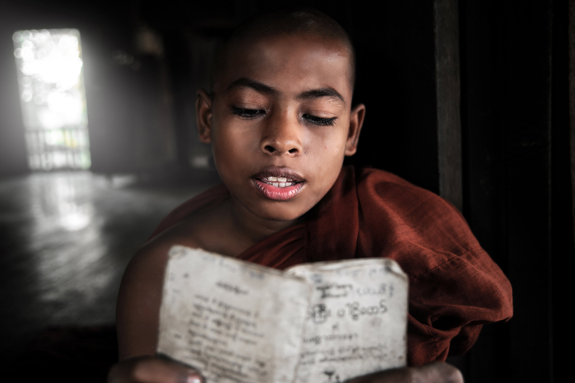 Burma monk 16 Prayer-Time.jpg